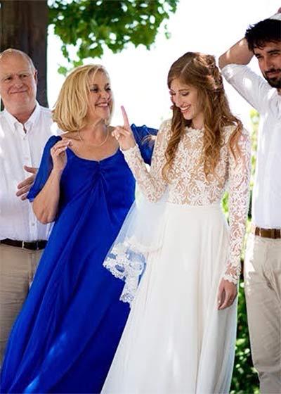 לקוחה לובשת שמלת ערב ישראלה